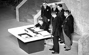 サンフランシスコ講和条約に署名する吉田茂